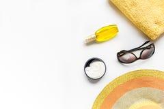 Vidrios de Sun, crema del protiction, sombrero, toalla para la maqueta blanca de la opinión superior del fondo del resto de la pl Foto de archivo libre de regalías