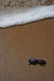 Vidrios de Sun en la arena en la playa Fotos de archivo libres de regalías