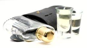 Vidrios de tiro con el frasco y la caja del alcohol del whisky Imagen de archivo libre de regalías