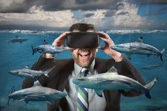 Vidrios de Using Virtual Reality del hombre de negocios que ven tiburones Imagenes de archivo