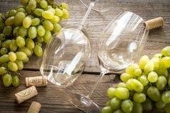 Vidrios de vino blanco con la uva: visión superior Foto de archivo