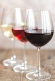 Vidrios de vino blanco del rojo, color de rosa y Imagen de archivo libre de regalías