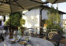 Vidrios de vino blanco en una barra del tejado fotografía de archivo libre de regalías