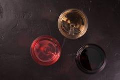 Vidrios de vino blanco rojo, rosado y Fotografía de archivo