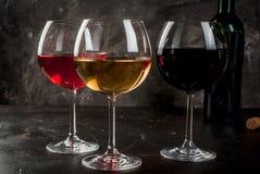 Vidrios de vino blanco rojo, rosado y Imagen de archivo