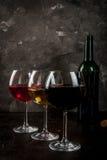 Vidrios de vino blanco rojo, rosado y Imágenes de archivo libres de regalías