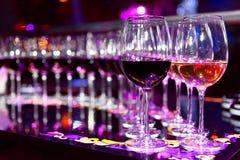 Vidrios de vino blanco rojo y Imágenes de archivo libres de regalías