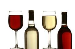 Vidrios de vino blanco rojo y, con las botellas del vino blanco rojo y Fotografía de archivo libre de regalías