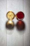 Vidrios de vino blanco rojo y en la tabla de madera Imagenes de archivo