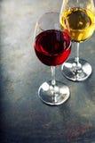 Vidrios de vino blanco y rojo Imágenes de archivo libres de regalías