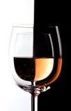 Vidrios de vino con contraste Imagen de archivo libre de regalías