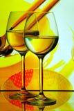 Vidrios de vino con el fondo de los utensilios de cocina Imagenes de archivo