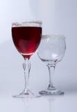 Vidrios de vino con el primer del vino rojo, Imágenes de archivo libres de regalías