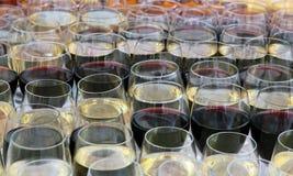 Vidrios de vino con el vino Imagen de archivo libre de regalías