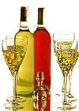 Vidrios de vino con las botellas del vino blanco rojo y Fotografía de archivo libre de regalías