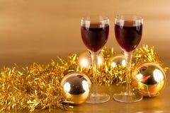 Vidrios de vino con las decoraciones de la Navidad Imagenes de archivo