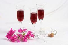 Vidrios de vino con las flores Imagen de archivo