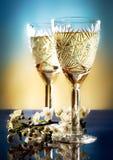 Vidrios de vino con una ramificación de los ciruelos Imagenes de archivo