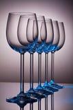 Vidrios de vino cristalinos en una fila Imagen de archivo