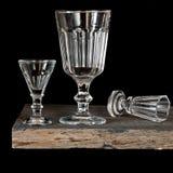 Vidrios de vino de cristal en un fondo negro Imagen de archivo