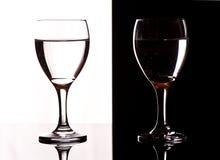 Vidrios de vino del contraste Foto de archivo