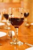 Vidrios de vino en el vector Fotografía de archivo