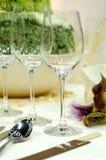 Vidrios de vino en el vector de cena foto de archivo