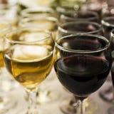 Vidrios de vino en la barra Foto de archivo libre de regalías