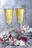 Vidrios de vino en la decoración del Año Nuevo Imágenes de archivo libres de regalías