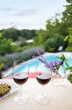 Vidrios de vino en la piscina Fotos de archivo libres de regalías