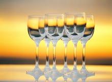 Vidrios de vino en la puesta del sol Fotografía de archivo libre de regalías