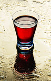 Vidrios de vino en un espejo mojado. imagenes de archivo