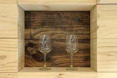 Vidrios de vino en un estante Imagen de archivo libre de regalías