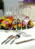 Vidrios de vino en un vector de cena imagen de archivo libre de regalías