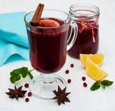 Vidrios de vino reflexionado sobre con el limón y los arándanos Imagen de archivo