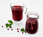 Vidrios de vino reflexionado sobre con los arándanos Fotos de archivo