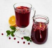 Vidrios de vino reflexionado sobre con los arándanos Imagen de archivo libre de regalías