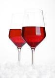 Vidrios de vino rojo en bolas de la nieve Imágenes de archivo libres de regalías