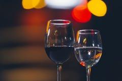 Vidrios de vino rojo en el alcohol del concepto del restaurante fotos de archivo