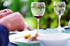 Vidrios de vino rojo en el concepto del restaurante Fotografía de archivo libre de regalías