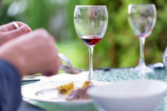 Vidrios de vino rojo en el concepto del restaurante Foto de archivo