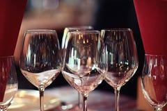 Vidrios de vino rojo en el restaurante Foto de archivo