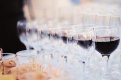 Vidrios de vino rojo en un banquete Imagen de archivo libre de regalías