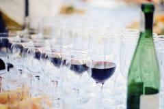 Vidrios de vino rojo en un banquete Fotos de archivo libres de regalías