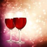 Vidrios de vino rojo en un fondo chispeante Imágenes de archivo libres de regalías