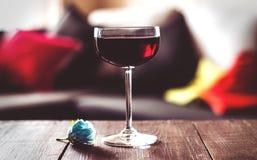 Vidrios de vino rojo en una tabla de madera Fotos de archivo