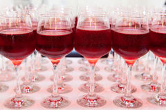 Vidrios de vino rojo frío helado Fotografía de archivo libre de regalías