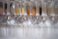Vidrios de vino vacíos con las jarras Imagen de archivo libre de regalías