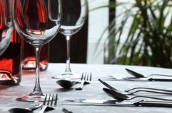 Vidrios de vino y cuchillería en restaurante Foto de archivo