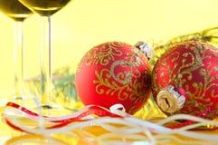 vidrios de vino y de bolas de la Navidad Fotos de archivo libres de regalías
